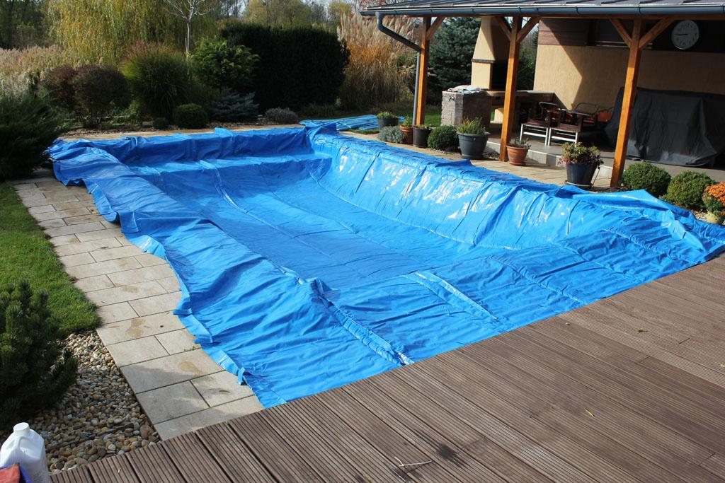 A medencetakarónak tökéletesen kell illeszkednie a vízfelületre