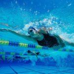 Úszással fogyni? Valóban beindulhat a zsírégetés a medencében?